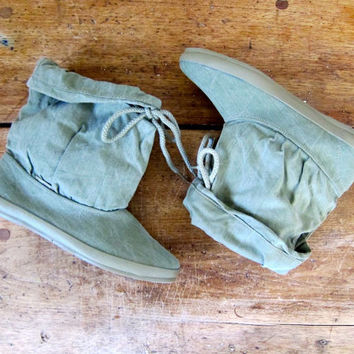 80s Slouchy Canvas Boots Drawstring Rain Muck Boots SAGE GREEN Boho Hipster Tie Boots 1980s Slouch Outback Gardening Boots Womens Size 7 7.5