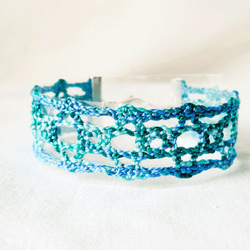 bracelet, handmade bobbin lace out of bead yarn, blue and green, silver fastener, laurinke no 1013