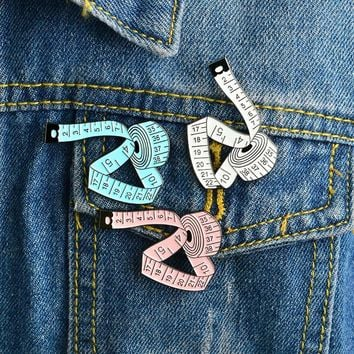 Trendy 3 Colors Measuring tape Brooch White Pink Blue Sewing tool Ruler Pin Buckle Denim jacket Shirt Collar Lapel Pin Badge Jewelry AT_94_13