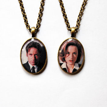 "FBI Special Agents Fox Mulder & Dana Scully From ""The X-Files"" - Set of 2 Handmade Cameo Necklaces - Best Friends or Valentine Jewelry"