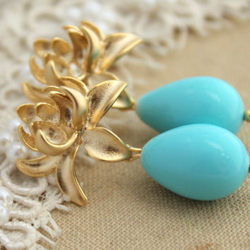 Blue Lotus Majorica Pearl jewelry  - 14K Gold  plated earrings with pearls.