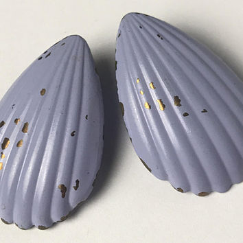 Vintage Shabby Chic Scallop Earrings / Pale Blue Gray Sea Shell Earrings / Chipped Painted Periwinkle Earrings / Cute Ocean Mermaid Jewelry