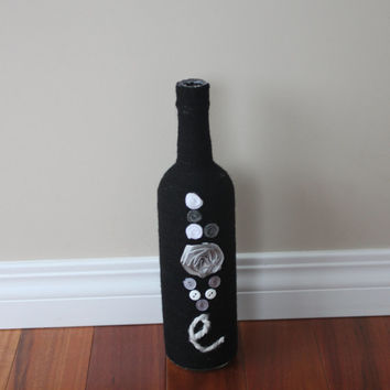 Wine bottle vase, Yarn Wrapped bottle, Black Centerpiece, Black vase, Black wedding, Wedding centerpiece, Wedding Decor, Hostess gift, gift