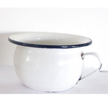 Antique rusty white enamel pot with handle. Blue trim. Rustic country farmhouse decor. Rustic planter. Garden decor.