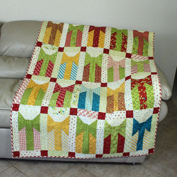 Modern Christmas Lap Quilt and Wall Hanging - Gift Boxes and 3D Bows - Holly Jolly fabric from Moda - Christmas Birthday Quilt