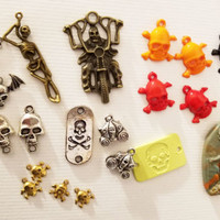 21 skull charms pendants mixed lot skeletons halloween metal plastic 9mm to 45mm