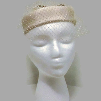 1950s Hat / Vintage Ecru Linen Ring Hat with Birdcage Veil, Cocktail Hat, Fascinator, Wedding Bridal Hat