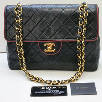 80's vintage Chanel black lamb leather 2.55 classic golden chain shoulder bag with cc closure and red piping edge. Rare design, masterpiece