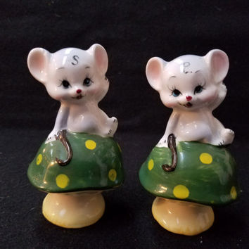 Enesco Mouse on Mushroom   Salt and Pepper Shakers, Made in Japan, Vintage Shakers (1117)