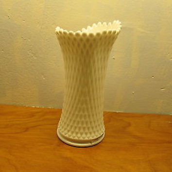 VINTAGE WESTMORELAND FLOWER VASE WITH A DIAMOND DESIGN
