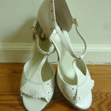 Vintage White Leather Wing Tip Heels Shoes Fringe by rileybella123