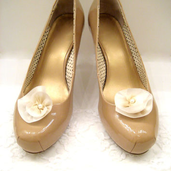 Bridal shoe clips, cream silk flower wedding shoe clips, ivory flower shoe clips, shoe jewelry, wedding accessories, bridal shoe accessories