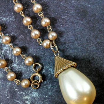 Very classy and unique faux pearl dangle drop pendant necklace. Gold tone, faux ivory pearl beads.