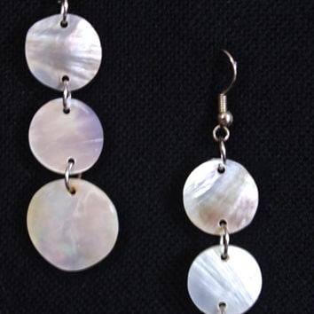 White mother of pearl vintage 90's boho dangle earring, white circle disc shell earring, Womens trendy spring accessory. Jewlery for prom.