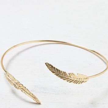 AEO Women's Feathered Arm Cuff (Gold)