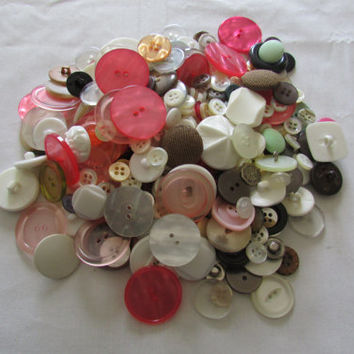 14-0913 Vintage Buttons / 10 Ounces Of Vintage Buttons / Pink Buttons / Plastic Buttons / Wood Buttons / Metal Buttons