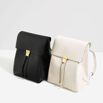 BACKPACK WITH METALLIC FASTENING DETAILS