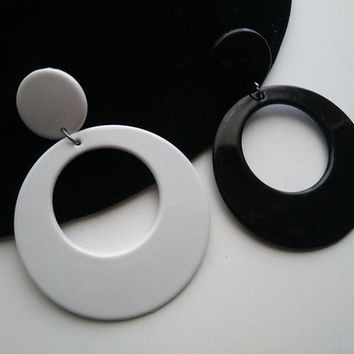 On Vintage Hoop Earrings Retro Black White Plastic 197