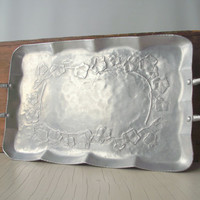 Vintage Aluminum Tray / Everlast Forged Aluminum Serving Tray with Handles / Mid Century Rectangular Tray / Hammered Aluminum Ivy Vines