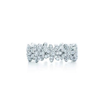 Tiffany & Co. - Tiffany Metro daisy band ring in 18k white gold with pavé diamonds.