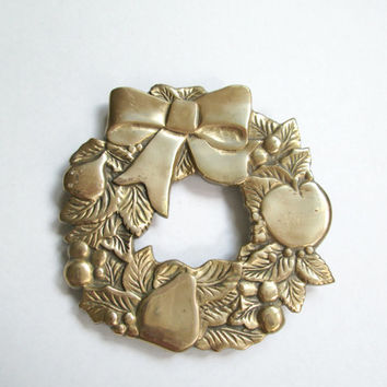Vintage Brass Christmas Wreath Trivet / Holiday Entertaining Serving / Southern Colonial Living