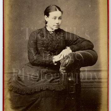 CDV Photo Carte de Visite Victorian Young Pretty Woman, Layered Dark Dress Portrait - E & G Inggs of Winchester Hampshire - Antique Photo