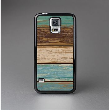 The Wooden Planks with Chipped Green and Brown Paint Skin-Sert Case for the Samsung Galaxy S5