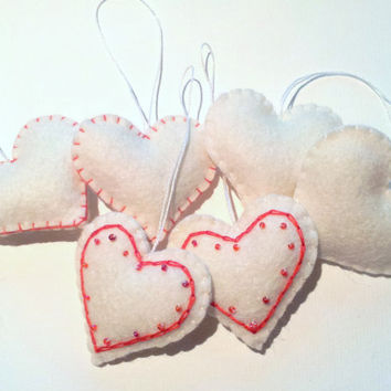 White felt heart ornaments with red embroidery - set of 6 - Heart ornaments - Valentine's day/Birthday/Christmas/Housewarming home decor