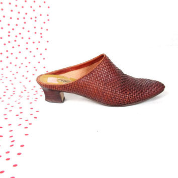 80s 90s Brown Woven Leather Mules Minimalist Vintage Slip On Clogs Backless Low Wood Heels Woven Leather Pointy Toe Flats (6.5)