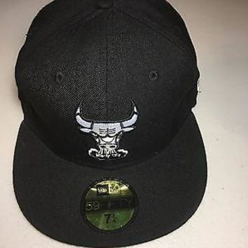 CHICAGO BULLS NEW ERA NBA BLACK LOGO FITTED HAT, SHIPPING