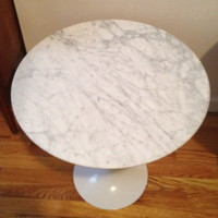 Tulip side table in white marble