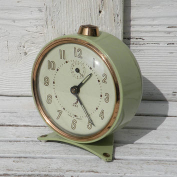 Original green vintage Jaz alarm clock, French vintage alarm clock, retro alarm clock, mechanical clock, pastel green alarm clock