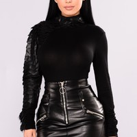 So One Sided Contrast Top - Black