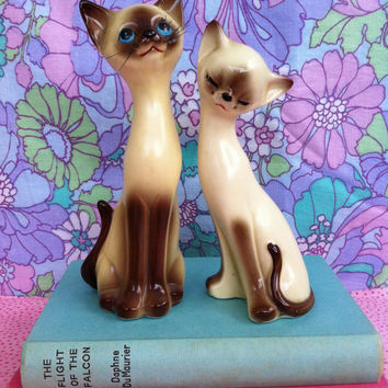 Siamese cat figurine pair!! Kitsch, retro, china, made in Japan, salt and pepper shaker, kitty ornament set! Slinky, long-neck, cats! MeOw!