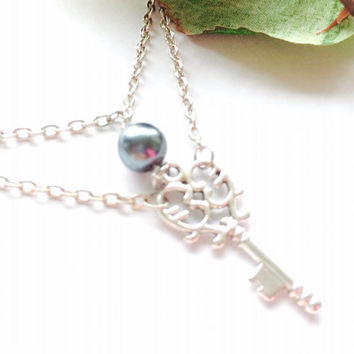 Skeleton Key Necklace Black Pearl pendant Necklace– Antique Silver Heart Shaped Victorian Key Charm