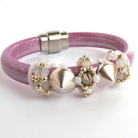 Licorice leather bracelet with zamak clasp, beaded and zamak spacers, Oh rings, metalic pink leather
