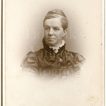 Cabinet Card Photo Victorian Pretty Woman, Ruffled Lace Collar, Pendant Vignette Portrait - Albert Sachs of Bradford Yorkshire - Antique