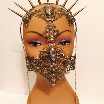 Tribal style face mask, made with a vintage style filigree in brass color and adorned with spikes and crystals.