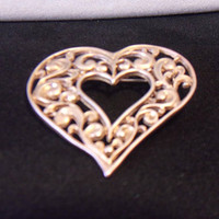 Filigree Heart Brooch Pin Matte Gold Tone Costume Jewelry Romantic Valentines Day Fashion Accessories Gifts For Her
