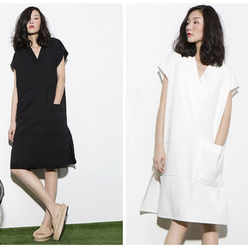 white summer dress,womens casual summer dresses,oversized,V neck,slit at side,short sleeve,knee length,fashion,chic,minimalist style.--E0257