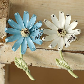 Vintage Daisy Brooches With Bees