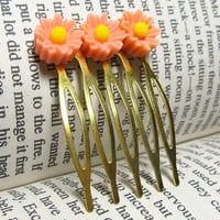 Vintage Style Pink Daisy Hair Comb, Pink Daisy Cabochons on Golden Metal Comb