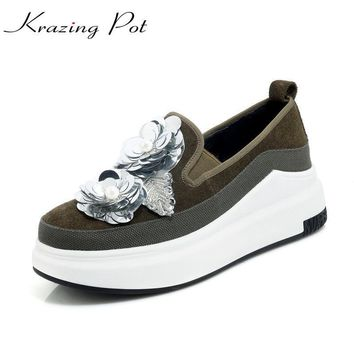 Krazing Pot cow suede increased stereo flowers pearl platform loafers superstar round