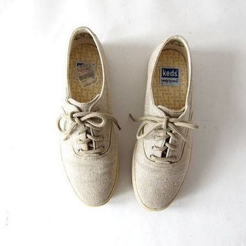 Vintage oatmeal canvas KEDS. Preppy tennis shoes. 80s Lace up Keds.