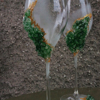 Geode wedding theme Set of 2 hand painted decorated champagne flutes Geode design Wine glasses in green color