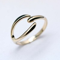 Simple Wishbone ring in Gold