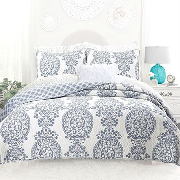 Full / Queen 3-Piece Reversible Cotton Quilt Set with White Blue Floral Medallion Pattern