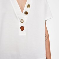 CONTRASTING BUTTON T-SHIRT
