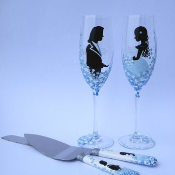 4 pc SET of Hand painted Wedding Toasting Flutes Champagne glasses and cake knives Groom and Bride