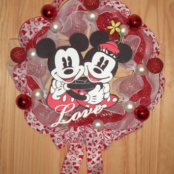 Price drop /  Mickey and Minnie Mouse Valentine Wreath